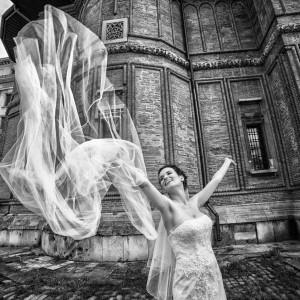 Foto mireasa in ziua nuntii langa biserica de caramida